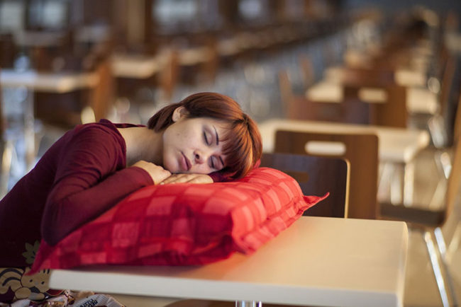 How to Sleep on a Chair: 10 Steps
